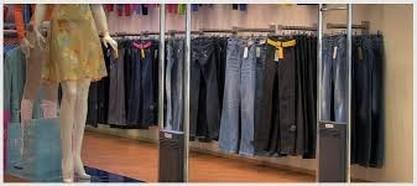 Etiquetas EAS duras são usadas em roupas. Elas precisam ser removidas pelo balconista quando uma compra é feita e pode então ser reutilizada em outra peça.